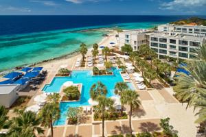 Revista-Estilo-de-Vida-by-Claudia-M.-gomez_-Luxury_-CURPB_Curaçao-Marriott_Pool-Beachside-Drone_2